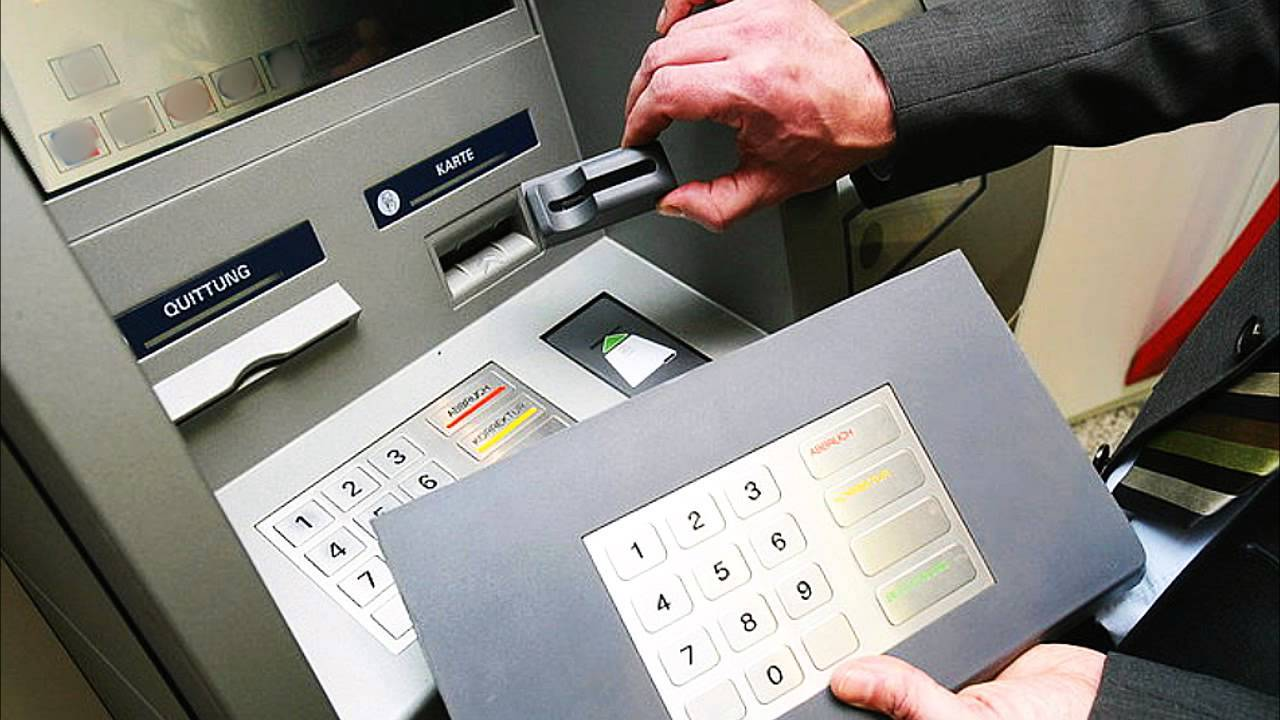 Как по номеру карты мошенники снимают деньги